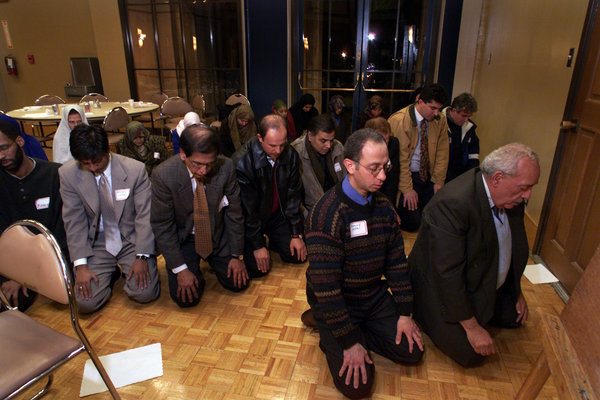 http://www.islamicity.com/global/images/photo/IC-Articles/MPAC-Pray-in-Church__600x400.JPG